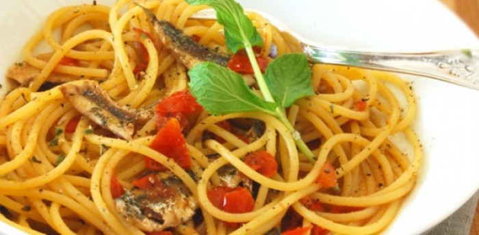 spaghetti-con-alici-fresche-pomodorini-e-peperoncini-verdi-e1406102556140 Peperoncino di Calabria: storia e ricetta dei bucatini con le alici
