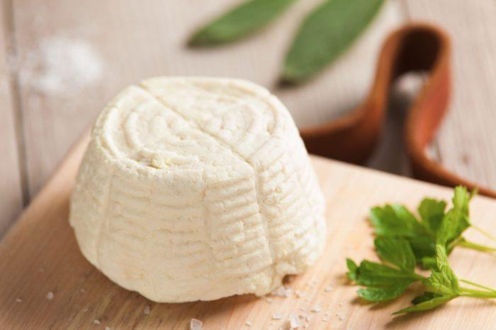 ricotta-affumicata-al-ginepro-foodscovery-03-cover-e1531389122789 La ricotta, ricca di calcio e proteine, è una perfetta alleata per la salute